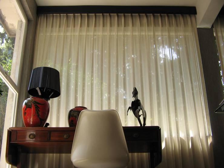 CORTINA LIGERA EN ESTUDIO: Estudio de estilo  por BERRY BLINDS INTERIORISMO