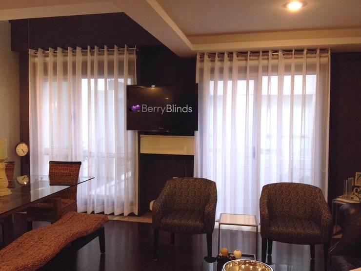 CORTINA DELGADA SALA COMEDOR: Salas de estilo  por BERRY BLINDS INTERIORISMO