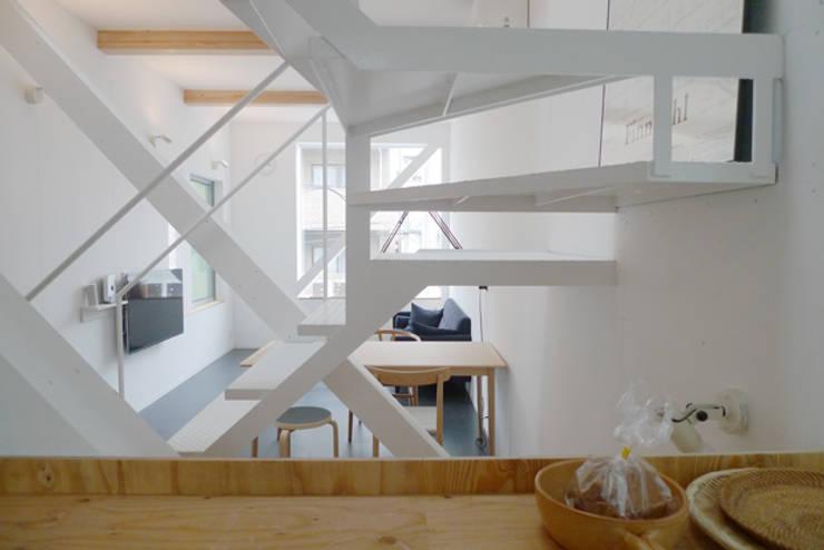 斜め材をあらわし空間をつなげた3階建て木造住宅: 石井井上建築事務所が手掛けたリビングです。