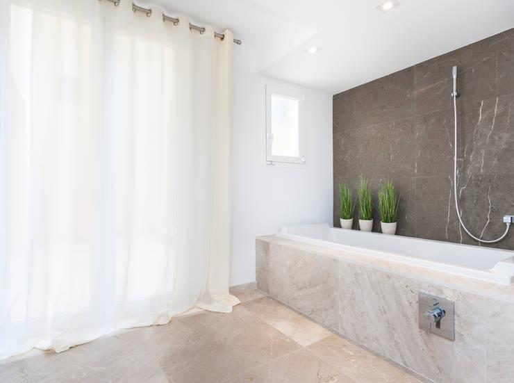 Bagno in stile in stile Minimalista di Construccions i Reformes Miquel Munar SL