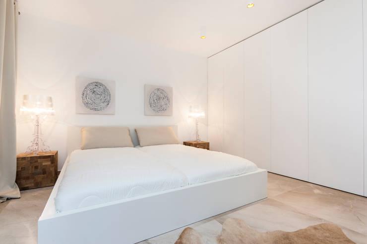 La Biwa: Dormitorios de estilo minimalista de Construccions i Reformes Miquel Munar SL