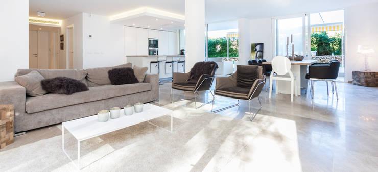 La Biwa: Salones de estilo minimalista de Construccions i Reformes Miquel Munar SL