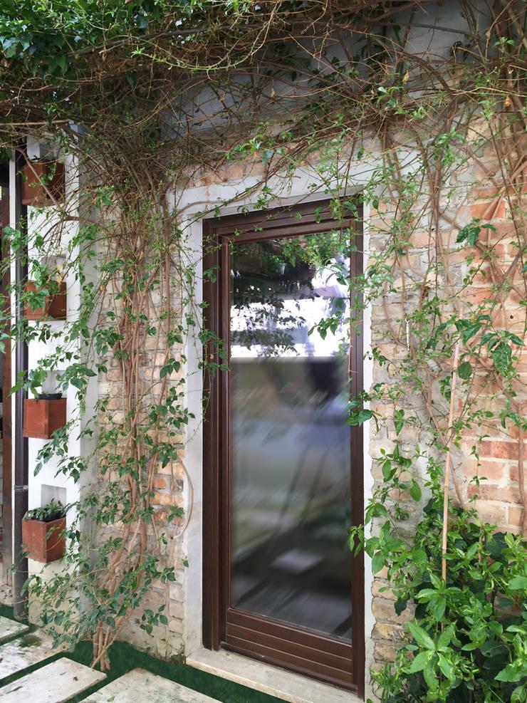 Like a small country house: Giardino in stile  di Laura Marini Architetto