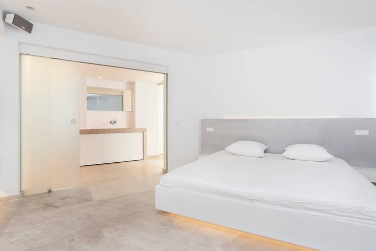 La Akoya: Dormitorios de estilo  de Construccions i Reformes Miquel Munar SL