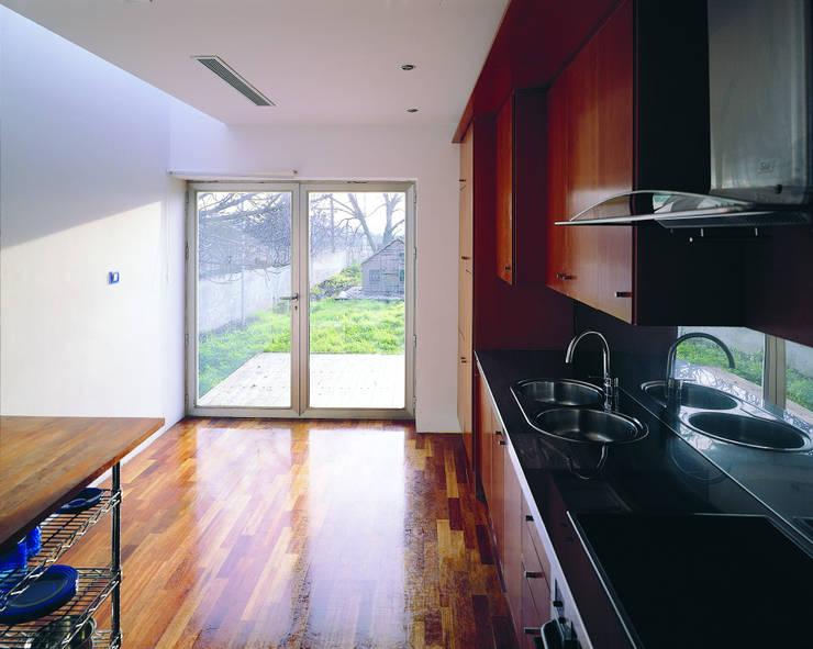 Transformación de cobertizo en vivienda: Cocinas de estilo minimalista de MARTIN MARTIN ARQUITECTOS