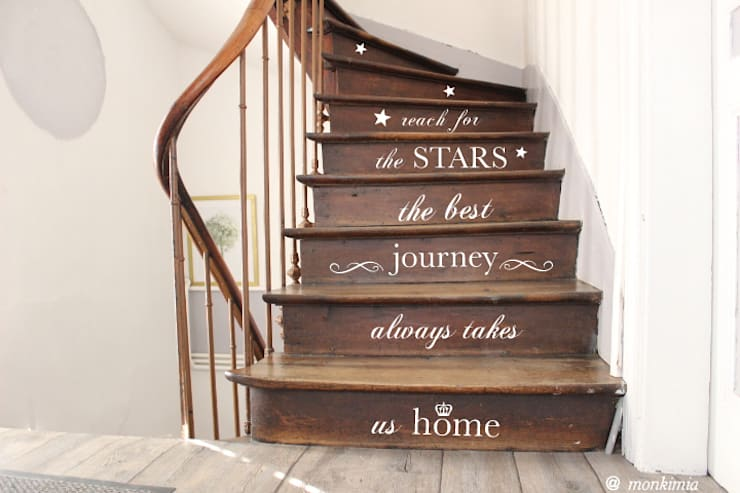 Vestíbulos, pasillos y escaleras de estilo  por MonkiMia