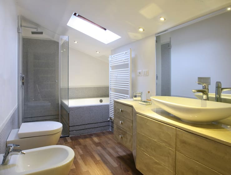 stanza da bagno con arredi su misura: Bagno in stile  di bilune studio