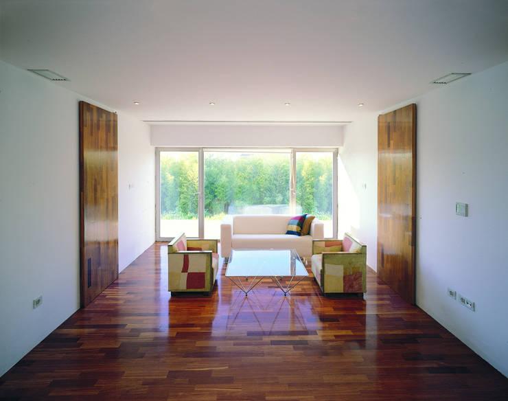 Transformación de cobertizo en vivienda:  de estilo  de MARTIN MARTIN ARQUITECTOS