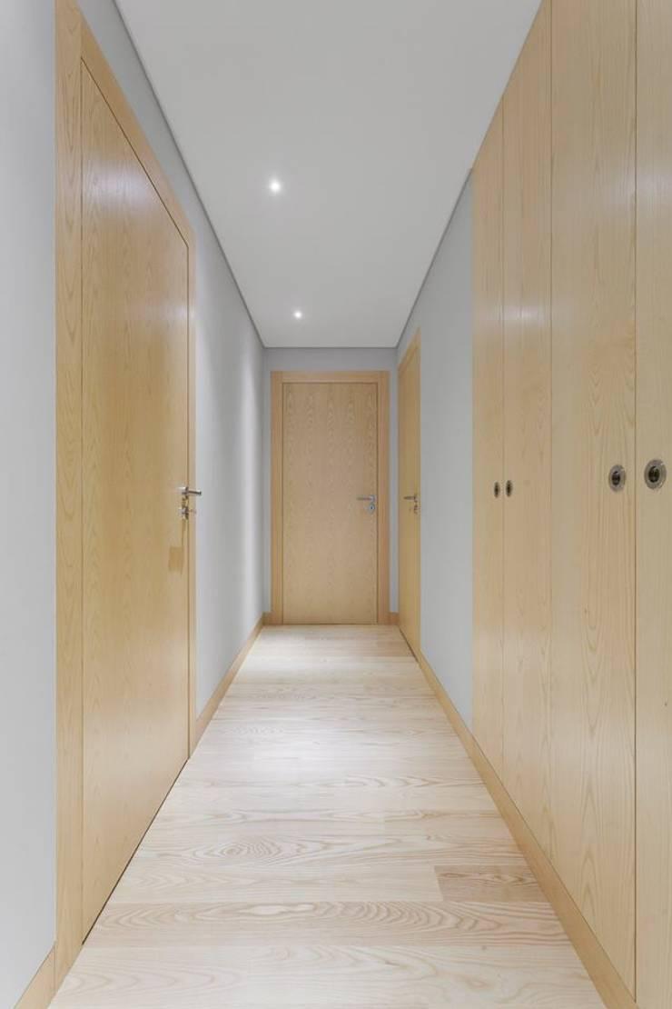 Spazio Park: Corredores e halls de entrada  por Sónia Cruz - Arquitectura