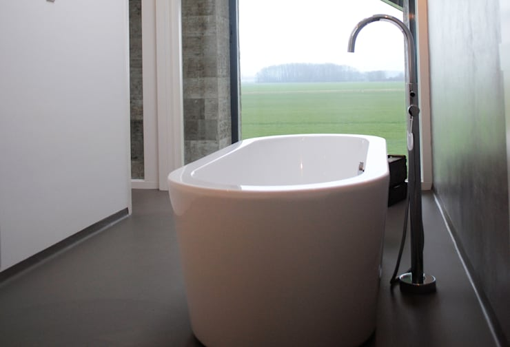 de badkamer met uitzicht op de landerijen:  Badkamer door De Witte - Van der Heijden Architecten
