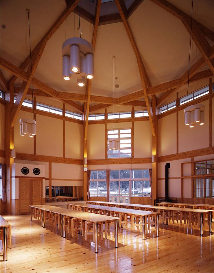 Mikamo Elementary School: 株式会社武村耕輔設計事務所が手掛けた廊下 & 玄関です。