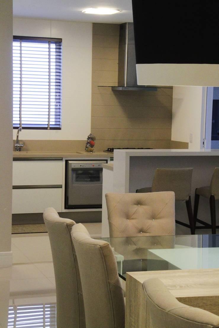 Sala de jantar : Cozinha  por Abittare Design- Arquitetura e interiores