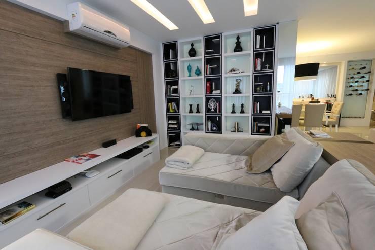 Sala de TV: Sala de estar  por Abittare Design- Arquitetura e interiores