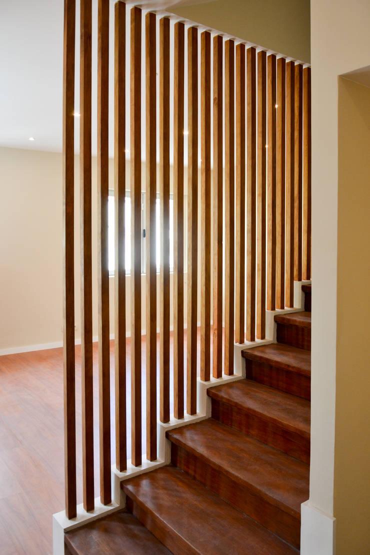 Entrada - vista Sala: Corredores e halls de entrada  por FIlipa Figueira Arquitectura