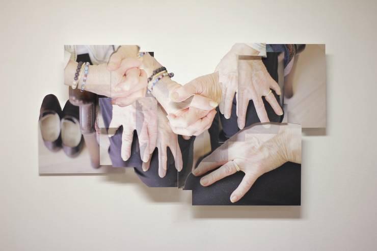 Grandma's Hands: modern  door KRIS doet kunst, Modern Kunststof