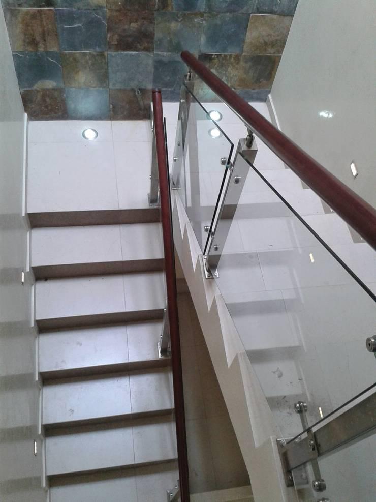 Casa JdC: Pasillos y recibidores de estilo  por PUNTO A PUNTO ARQUITECTURA