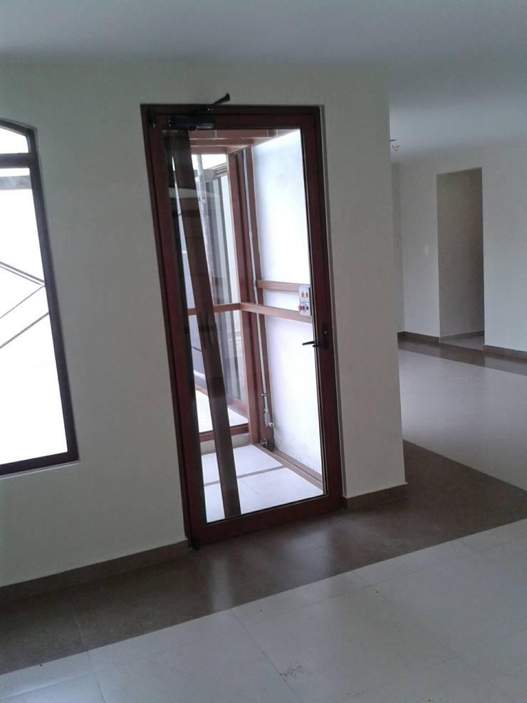 Casa JdC: Ventanas de estilo  por PUNTO A PUNTO ARQUITECTURA