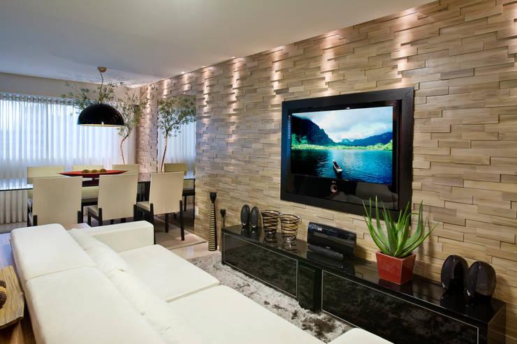 Duplex Costa: Salas de estar  por Renata Dutra Arquitetura