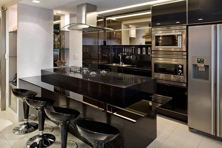 Duplex Costa: Cozinhas modernas por Renata Dutra Arquitetura