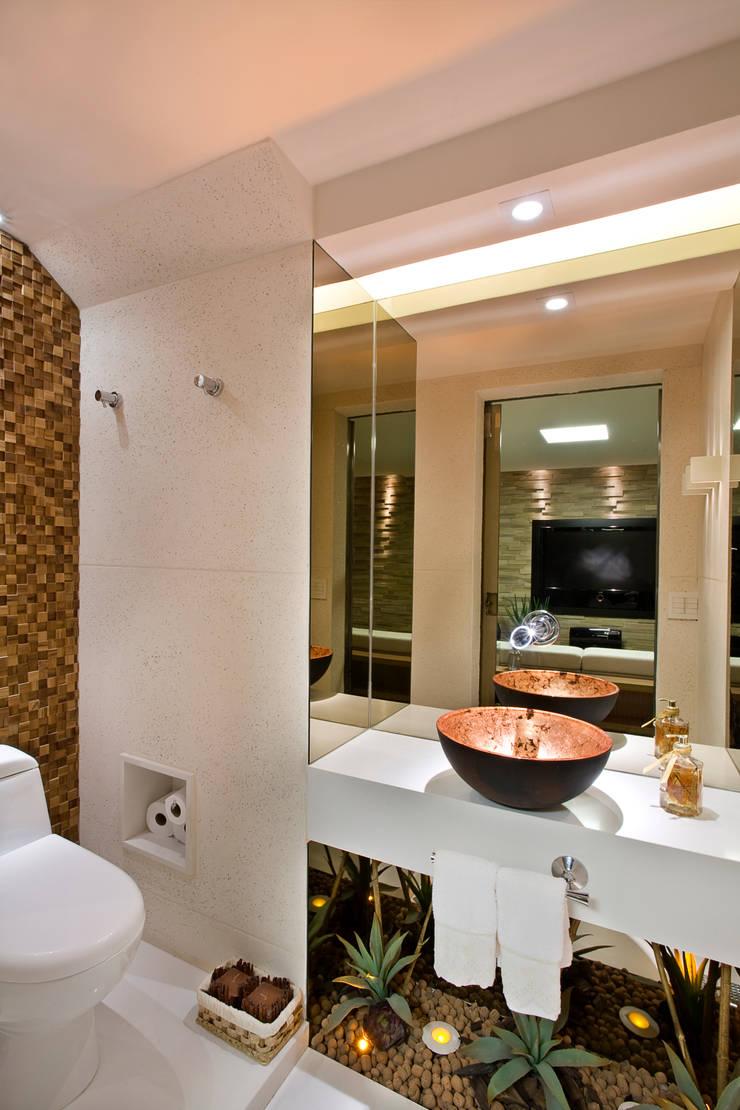 Duplex Costa: Banheiros modernos por Renata Dutra Arquitetura
