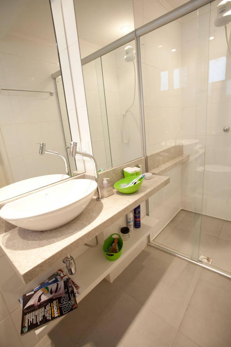 Apartamento A&A - Banheiro:   por Kali Arquitetura