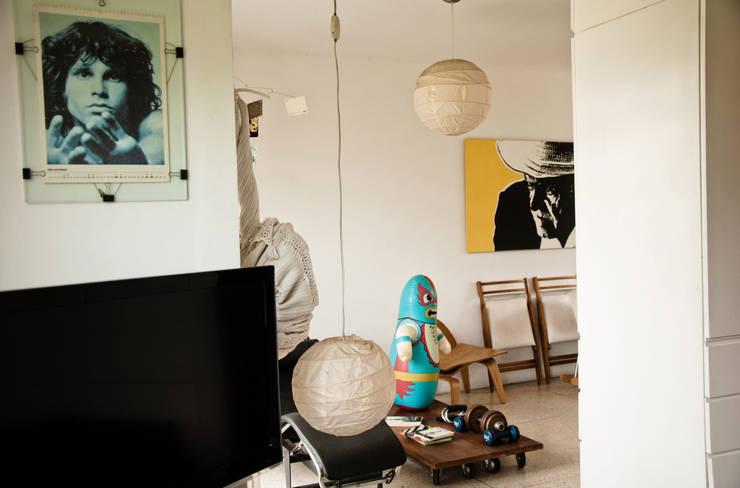 Vista hacia la sala y área de descanso: Oficinas de estilo  por PUNCH TAD