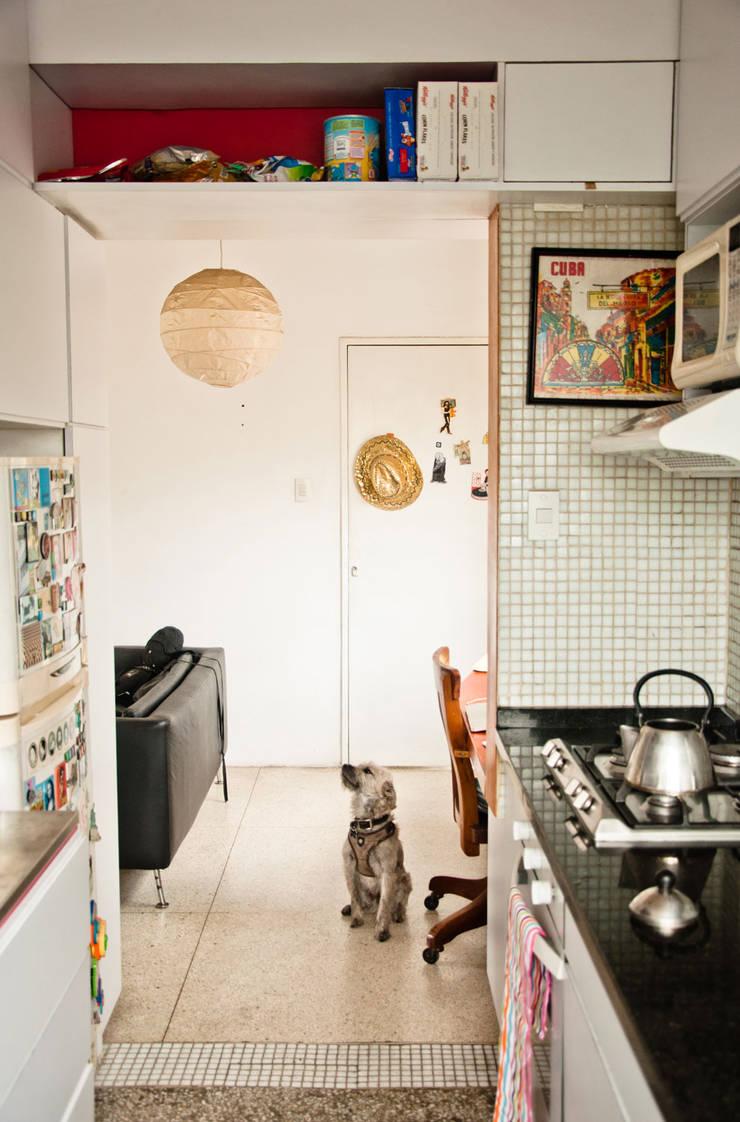 Apartamento en Las Acacias: Cocinas de estilo  por PUNCH TAD