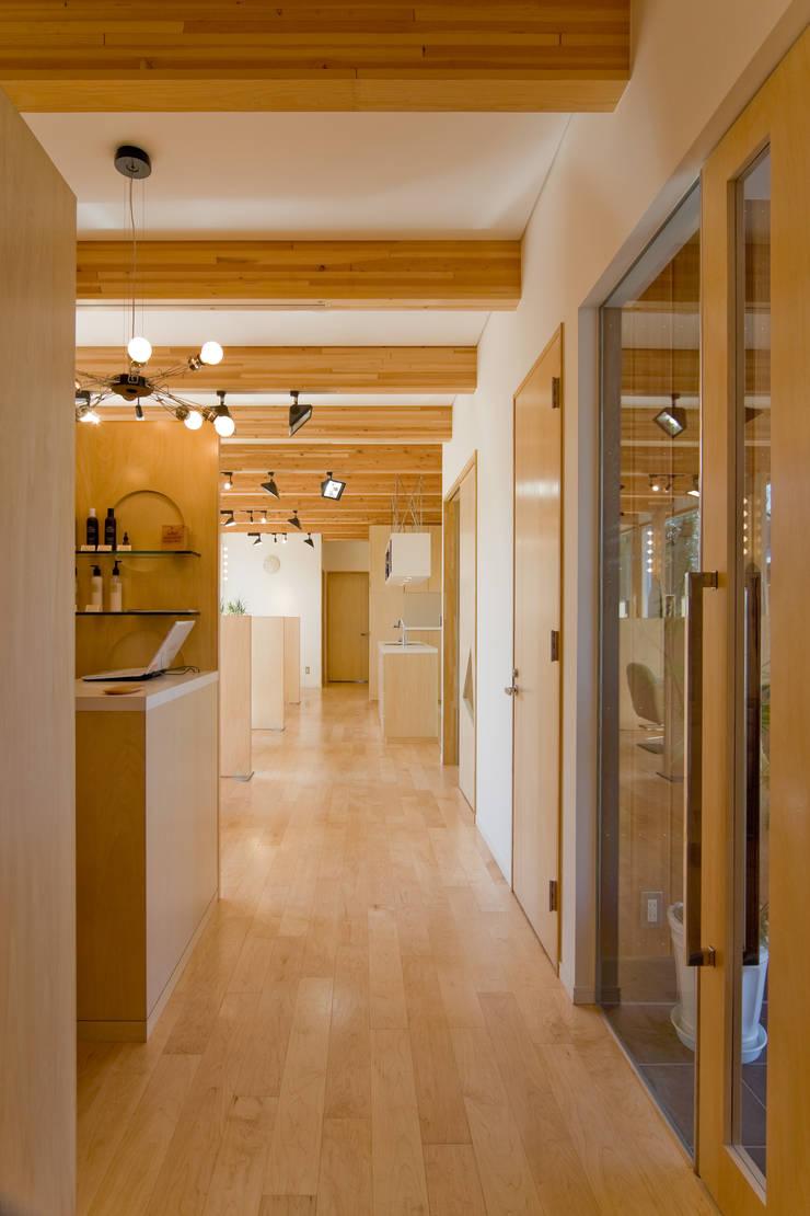 齋藤邸: 株式会社深田建築デザイン研究所が手掛けた廊下 & 玄関です。