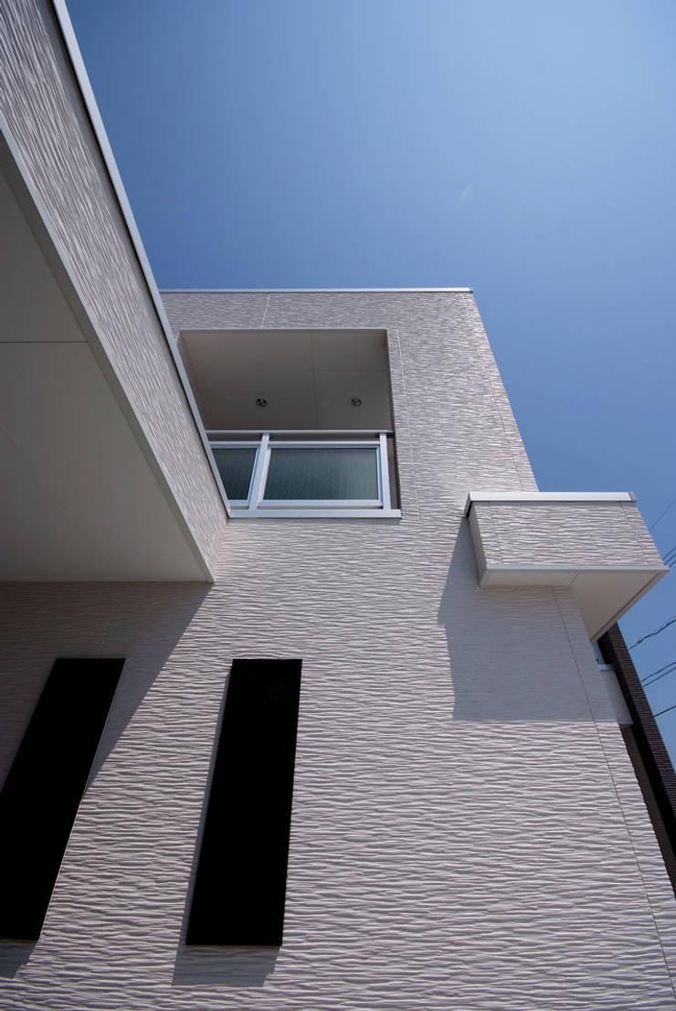 白川邸: 株式会社深田建築デザイン研究所が手掛けた壁です。,モダン