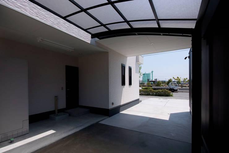 白川邸: 株式会社深田建築デザイン研究所が手掛けたガレージです。,モダン