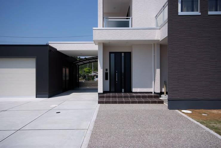 白川邸: 株式会社深田建築デザイン研究所が手掛けた廊下 & 玄関です。,モダン