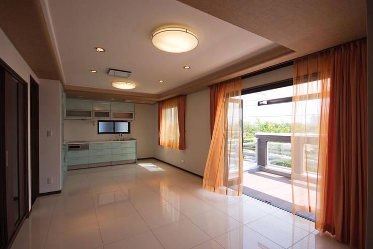 白川邸: 株式会社深田建築デザイン研究所が手掛けたリビングです。,モダン
