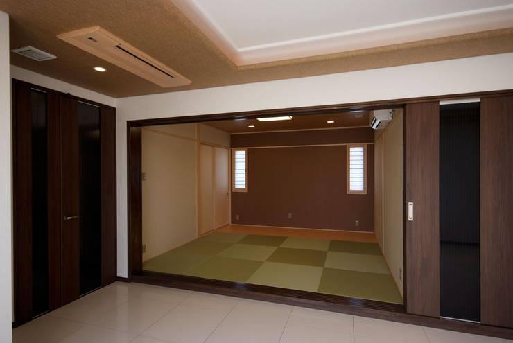 白川邸: 株式会社深田建築デザイン研究所が手掛けた和室です。,モダン