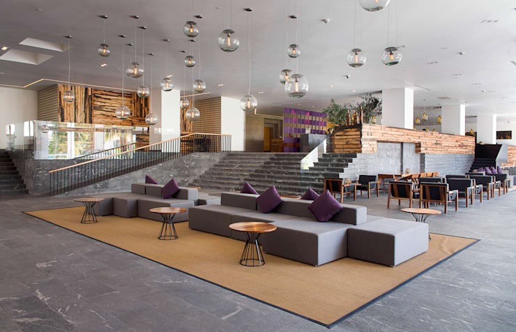 Lobby: Vestíbulos, pasillos y escaleras de estilo  por diesco
