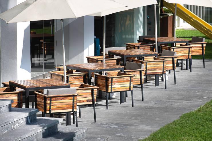 Mesas / exterior: Balcones y terrazas de estilo  por diesco