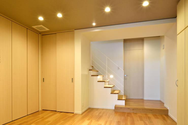 中島邸: 株式会社深田建築デザイン研究所が手掛けた廊下 & 玄関です。,モダン