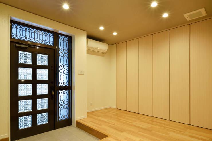 中島邸: 株式会社深田建築デザイン研究所が手掛けた廊下 & 玄関です。