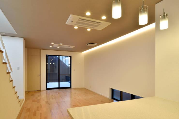 中島邸: 株式会社深田建築デザイン研究所が手掛けたリビングです。,モダン
