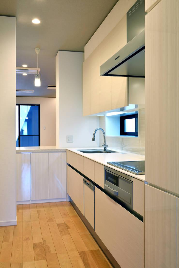 中島邸: 株式会社深田建築デザイン研究所が手掛けたキッチンです。,モダン