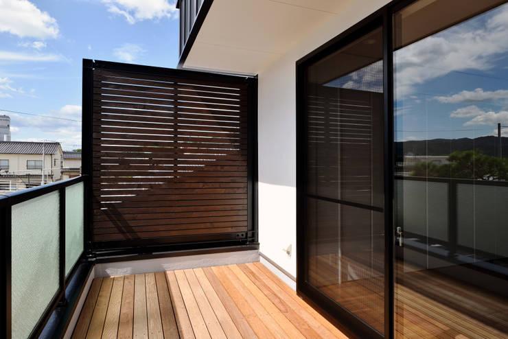 中島邸: 株式会社深田建築デザイン研究所が手掛けたテラス・ベランダです。,モダン