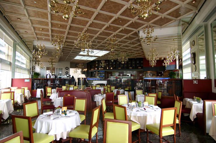 La Taverne : Restaurantes de estilo  por Boué Arquitectos