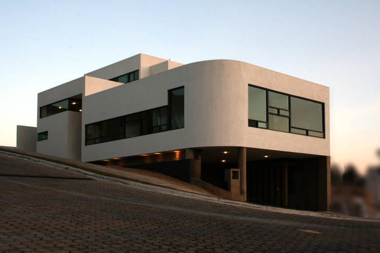 casa de la colina: Casas de estilo  por wrkarquitectura