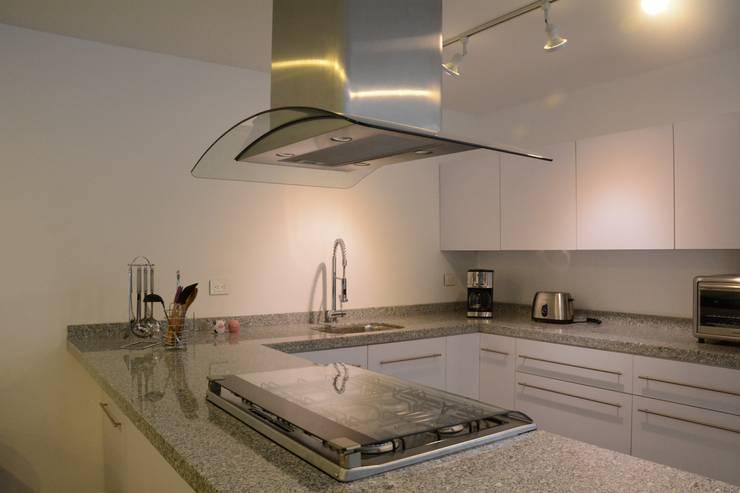 san martinito: Cocinas de estilo  por wrkarquitectura