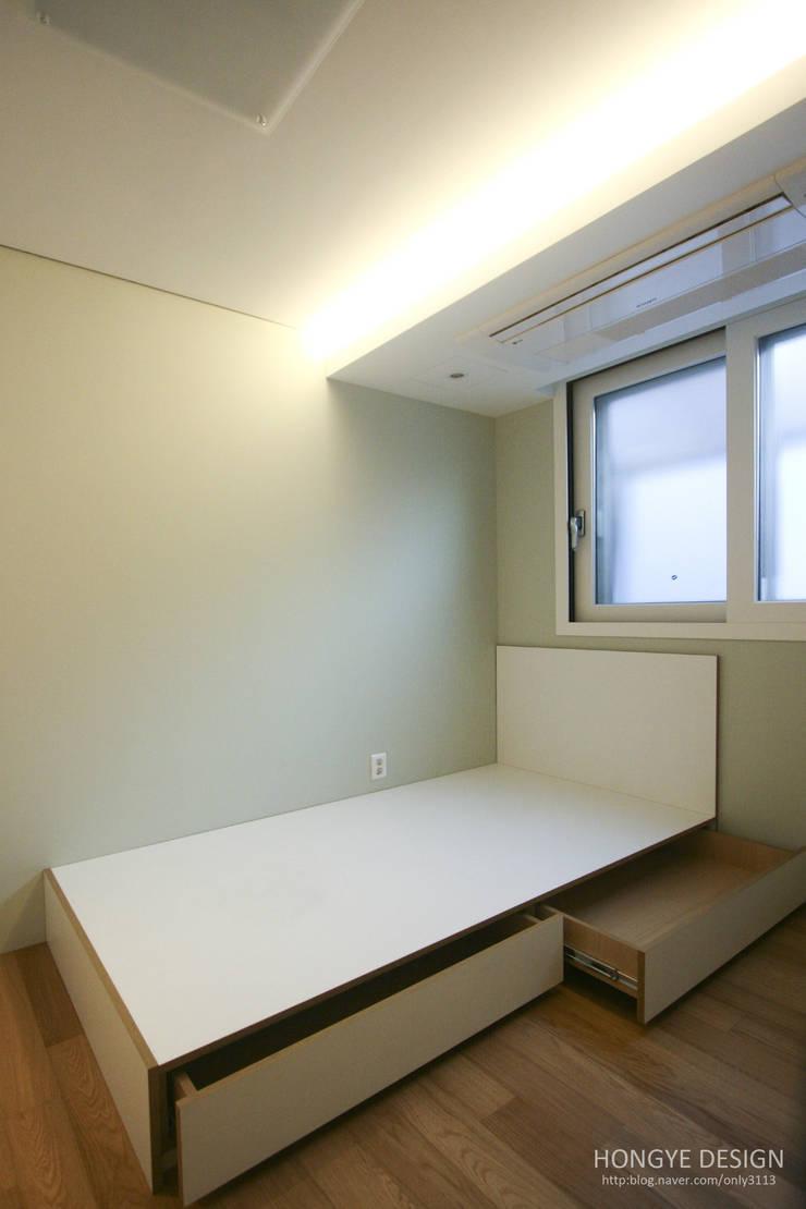방안에 숨은책방, 작지만 효율적인 주택인테리어_26py: 홍예디자인의  침실