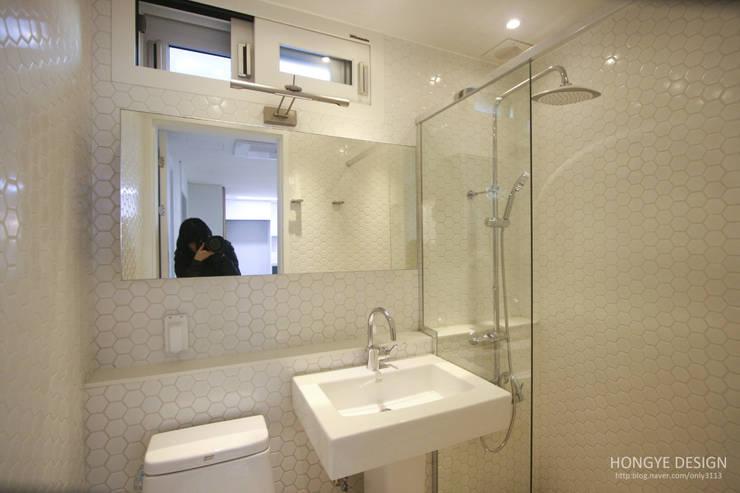 방안에 숨은책방, 작지만 효율적인 주택인테리어_26py: 홍예디자인의  욕실