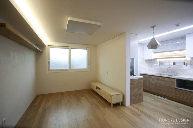 방안에 숨은책방, 작지만 효율적인 주택인테리어_26py: 홍예디자인의  거실