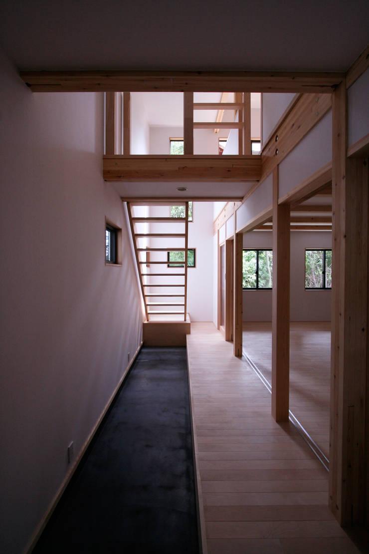 玄関土間: 士が手掛けた廊下 & 玄関です。,モダン