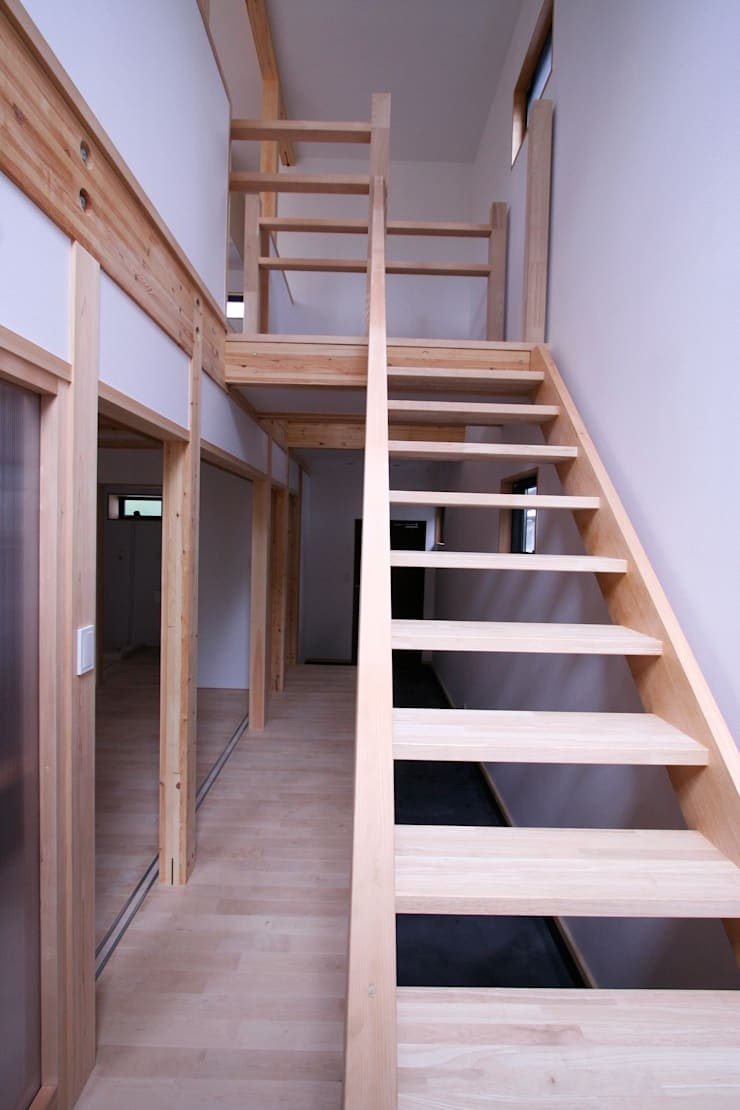 階段: 士が手掛けた廊下 & 玄関です。,モダン 木 木目調