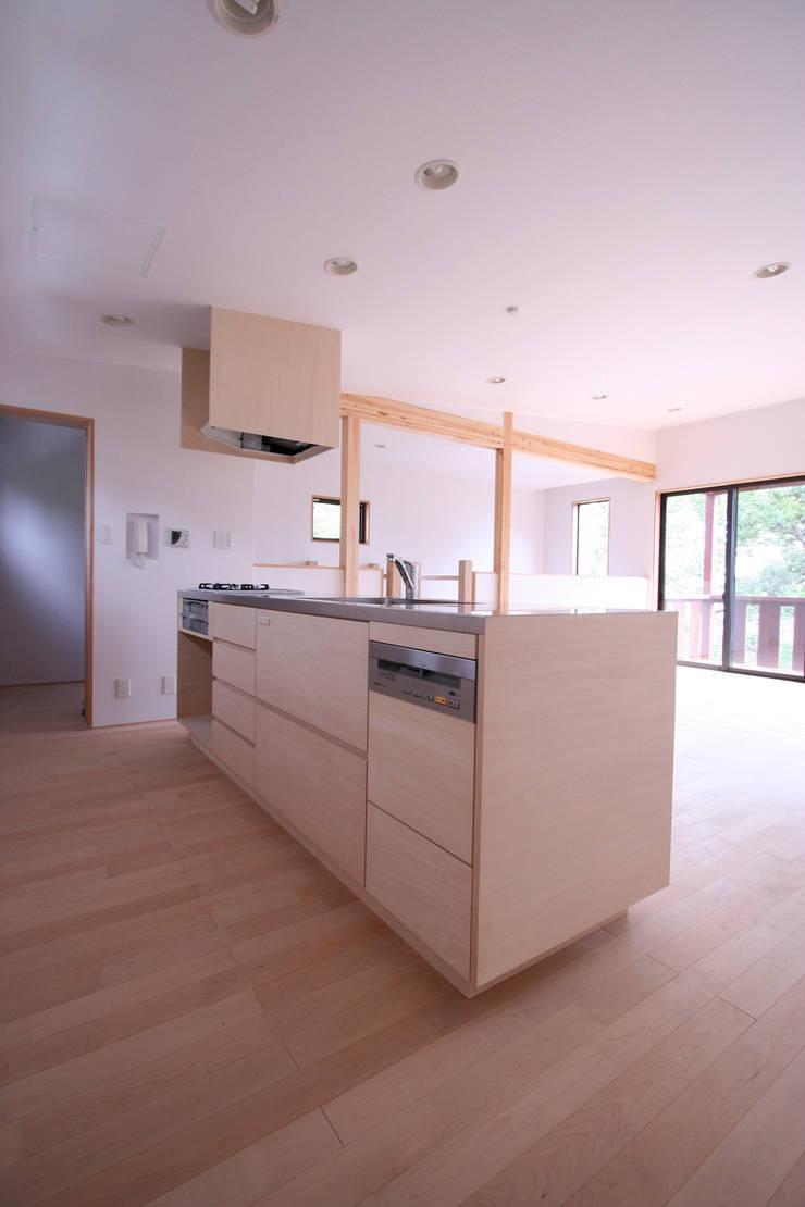 キッチン: 士が手掛けたキッチンです。,モダン 木材・プラスチック複合ボード
