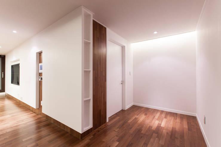 갤러리하우스: 디자인사무실의  거실